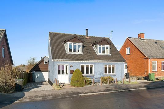 Villa på Lundby Hovedgade i Lundby - Set fra vejen