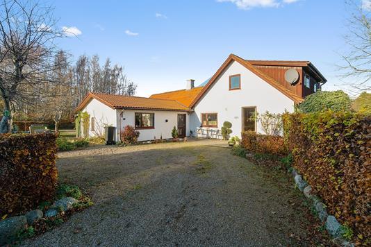Villa på Grumløsevej i Lundby - Set fra vejen