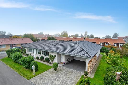 Villa på Halvdansvej i Tikøb - Set fra vejen