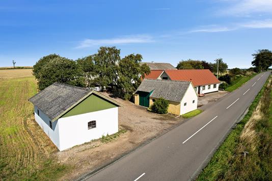 Landejendom på Åstoftevej i Asnæs - Set fra vejen