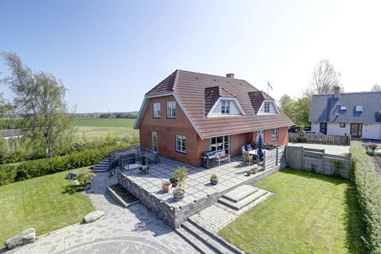 Villa på Skolebakken i Munke Bjergby - Ejendommen