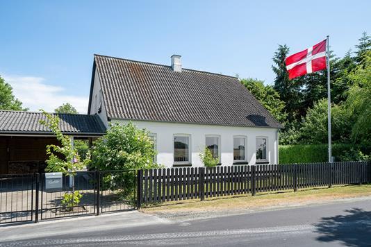 Villa på Frøslev Bygade i Store Heddinge - Set fra vejen
