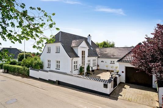 Villa på Niels Olsens Vej i Faxe - Set fra vejen