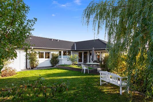 Villa på Rhitras Vej i Karise - Set fra haven