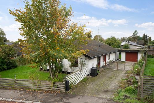 Villa på Karl Af Rises Vej i Karise - Set fra vejen