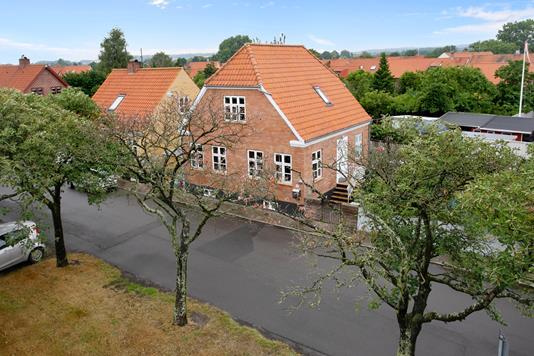 Villa på Sdr Strandvej i Nexø - Set fra vejen