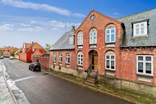 Rækkehus på Torvegade i Nexø - Set fra vejen