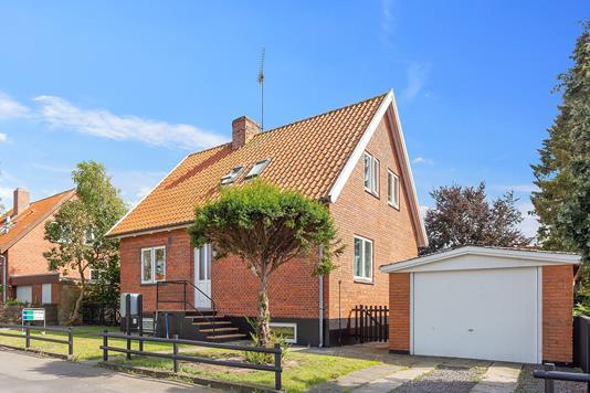 Villa på Præstevænget i Aakirkeby - Set fra vejen