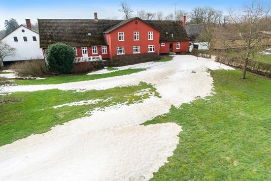 Landejendom på Lyrsbyvej i Østermarie - Set fra vejen