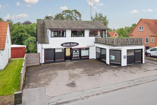 Villa på Hovedgaden i Regstrup - Set fra vejen
