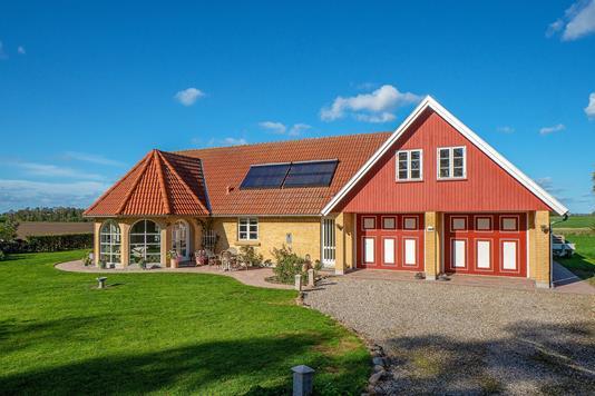Villa på Trønninge By i Regstrup - Set fra vejen