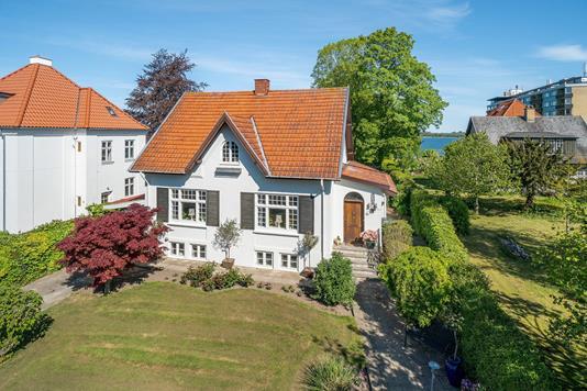 Villa på Kalundborgvej i Holbæk - Set fra vejen