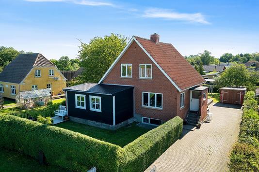 Villa på Sdr Jernløsevej i Regstrup - Set fra vejen