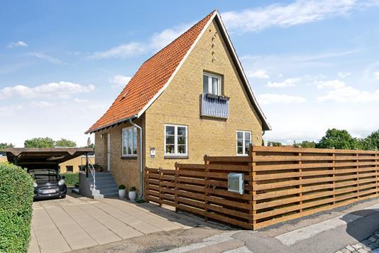 Villa på Rosenvænget i Holbæk - Set fra vejen