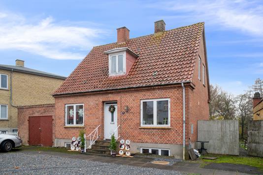 Villa på Hovedgaden i Svinninge - Set fra vejen