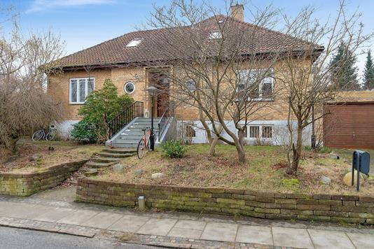 Villa på Høeghsmindevej i Gentofte - Set fra vejen