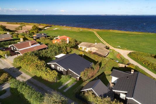 Fritidsbolig på Helletofte Strand i Tranekær - Luftfoto