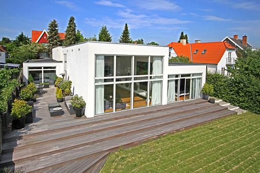 Villa på Bernstorfflund Alle i Charlottenlund - Ejendommen