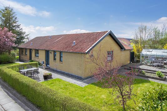 Villa på Vistoftvej i Sabro - Set fra vejen