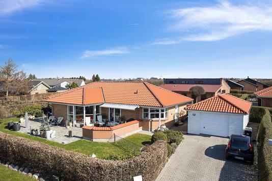 Villa på Østermarksvej i Tilst - Set fra vejen