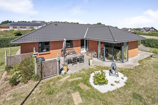 Villa på Amstrup Bakker i Ulstrup - Ejendommen