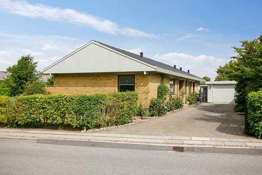 Villa på Rosenvænget i Bedsted Thy - Set fra vejen