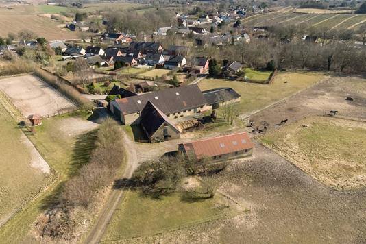 Landejendom på Stationsvej i Glamsbjerg - Luftfoto