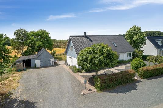 Villa på Gl Ravnsøvej i Låsby - Set fra vejen
