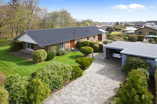 Villa på Skovbrynet i Låsby - Set fra vejen