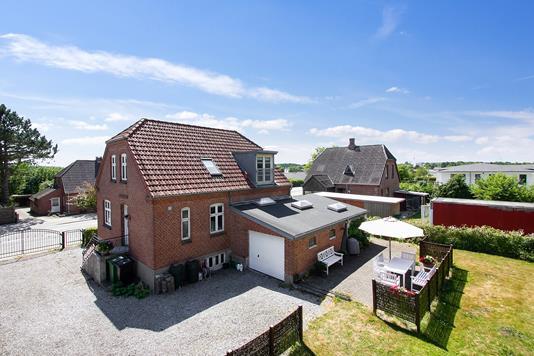 Villa på Framlev Korsvej i Harlev J - Set fra vejen