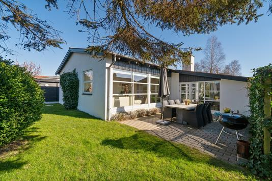 Villa på Birkesvinget i Harlev J - Set fra haven