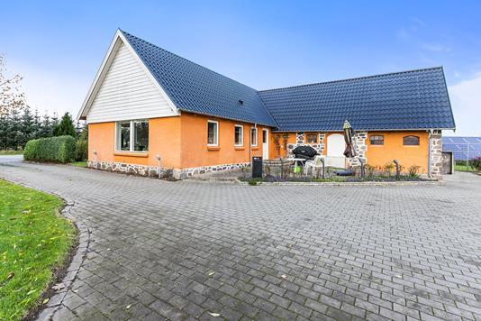 Villa på Randersvej i Låsby - Set fra vejen