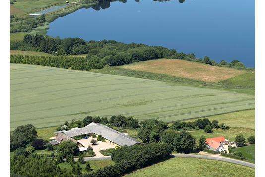 Landejendom på Jellingvej i Bredsten - Luftfoto