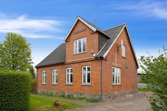 Villa på Lyderslev Bygade i Store Heddinge - Set fra vejen